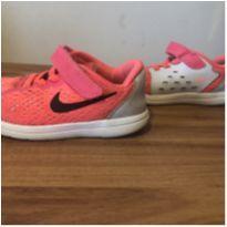 Tênis Nike neon