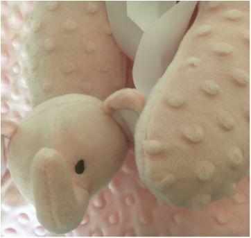Lindo Kit Cobertor e travesseiro de viagem Elefante Cor de Rosa Huggable Friend - Sem faixa etaria - Importada