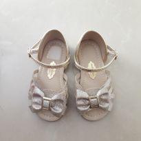 Sandália dourada lacinho. Forma geande calça 21/22.