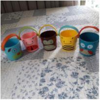 Conjunto de 5 baldinhos empilháveis para diversão no banho. Originais. -  - Skip Hop