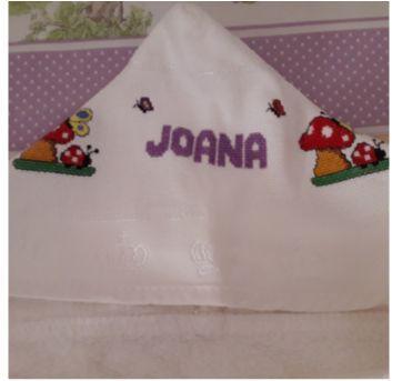 Toalha c/ capuz e nome Joana bordado em ponto cruz. - Sem faixa etaria - Feito à mão