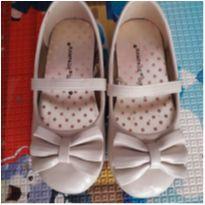 Sapato de verniz off white com laços. Número 24. - 24 - Rampage Girls