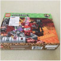 LEGO Minecraft -  The Nether Fight  com personagens Lendários  84 peças -  - Lego