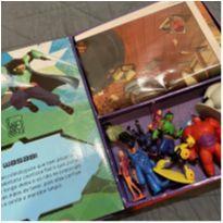 Livro Big Hero 6 com 12 miniaturas de personagens e cenário gigante -  - Editora Melhoramentos