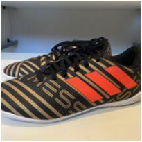 Chuteira ADIDAS Messi dourada e preta tam 34 pouco usada - 34 - Adidas