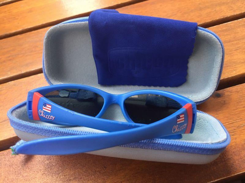 6d0fab517 Óculos De Sol Infantil Chicco oferece estilo e proteção para os olhos do  seu bebê. Resistente armação antichoque confeccionada em borracha flexível.