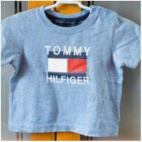 Camiseta Tommy Hilfiger - 3 a 6 M - Forma grande - veste 1 ano - Bem usada - 3 a 6 meses - Tommy Hilfiger