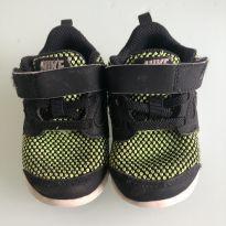 0070. Tênis Nike preto e verde