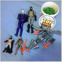 Kit boneco Batman e Coringa 30cm, Aquaman e Batman 15 cm e a nave e Baldinho -  - Mattel