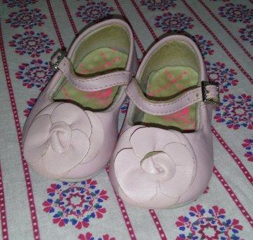 3486050b6 Sapato boneca em couro rosa antigo com aplicação de flor. FisioFlex.  Qualidade da marca e conforto para os pezinhos desde os primeiros passos.