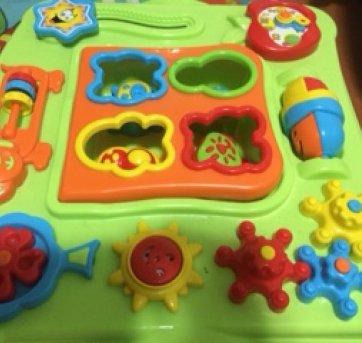 808234709ec As crianças vão adorar brincar com os ponteiros do relógio! O palhacinho  gira! Descoberta de cores e movimentos. Engrenagens giratórias super  coloridas.