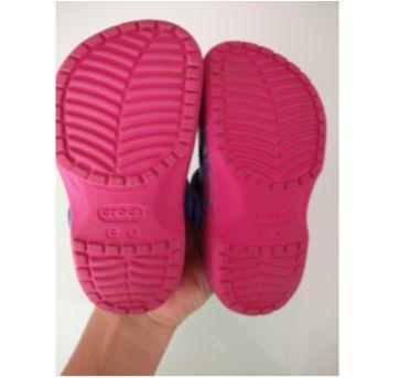Sandália Crocs colorida Tam C8 - 26 - Crocs