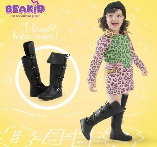 481a866f3 Bota charme over de moda infantil menina Beakid, confeccionado em material  alternativo e detalhe de laços aplicados. Fechamento em zíper lateral  facilitando ...