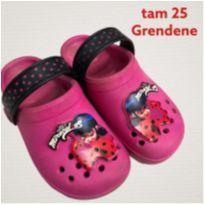 Chinelo Infantil estilo Crocks Menina Grendene Lady Bug Tam 25 Seminova - 25 - Grendene Kids