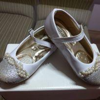 Sapato com pérolas - 24 - Não informada