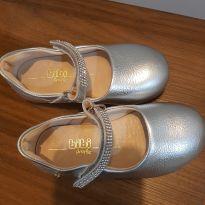 Sapato Bibi Festa, prata com detalhe em strass, usado uma única vez - 25 - Bibi