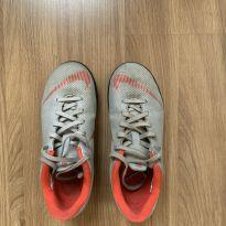 Chuteira Nike society cinza e vermelha - 31 - Nike