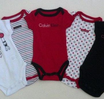 1d1e8602c729a Conjunto com 5 Bodys Calvin Klein... nunca usados! O vermelho tem o nome da  marca bordado e dois com silk divertidos!
