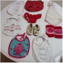kit 9 itens desapegos de bebê meninas - babador, joelheira, naninha, sapatinho -  - Diversas