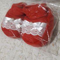 Sapatinho de tecido vermelho com lese e lacinho de cetim - 13 - Não informada