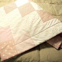 2296 - Ededrom  dupla face em tons de rosa, tamanho berço. - Sem faixa etaria - Vanessa Guimarães
