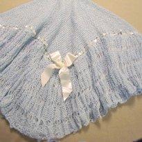 748 - Xale azul em tricô feito a mão - Sem faixa etaria - Atelier do bebê