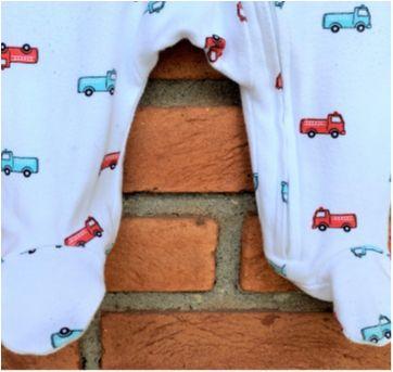 4880 - Macacão Carter's com pezinho – menino 3 meses – Caminhão de bombeiro - 3 meses - Carter`s