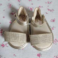 Sandália para bebê Dourada da marca Klin peça novinha