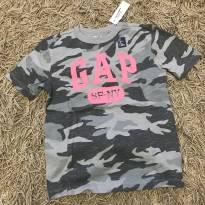 Camiseta Camuflada cinza com logo GAP escrito em rosa (COM ETIQUETA!) - 7 anos - GAP