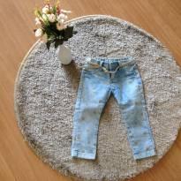 Calça jeans com estrelas douradas e cinto
