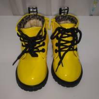 Linda bota em verniz, amarela - toda forrada por dentro. - 20 - Importada