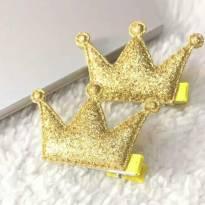Par de presilhas coroa dourada glitter -  - Importada