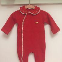 Macacão lindo em tricotil (malha que parece tricô) vermelho com gola bordada - 0 a 3 meses - Lilibee