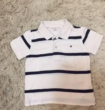 965d76ff774 Camiseta polo marca Tommy Hilfiger listrada nas cores branco e azul marinho.  Usada mas em bom estado