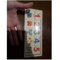 Brinquedo de madeira escrita numeros em ingles