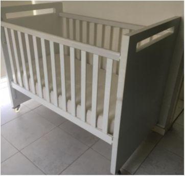 Berço Clean Branco que vira mini cama com colchão anti refluxo novinho - Sem faixa etaria - CIA DO MÓVEL