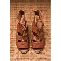 Sandália em couro marrom com saltinho - 27 - Não informada