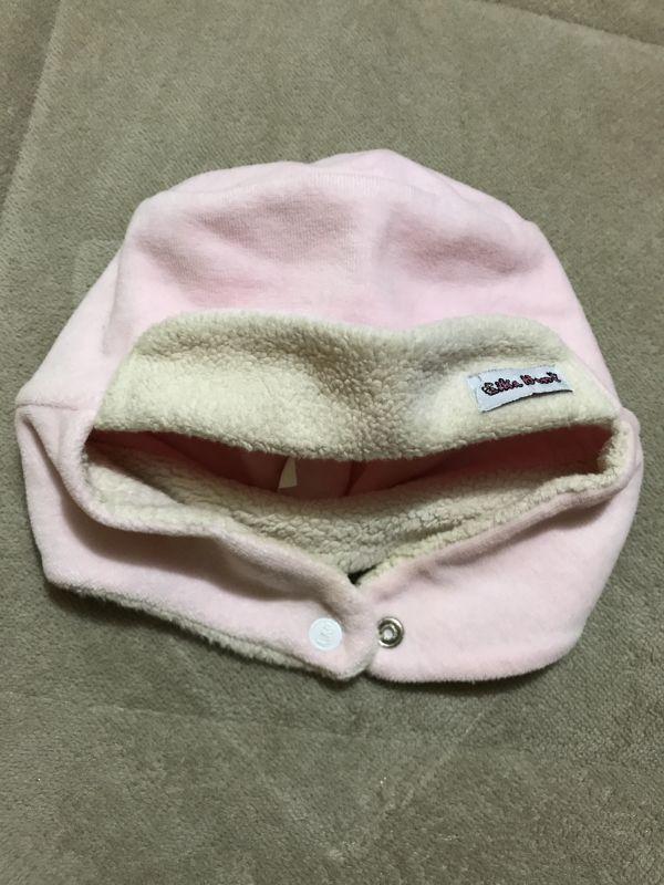 bc4de11030e93 Gorro para menina em plush tamanho P. Serve até uns 6 meses mais ou menos.  Cor  rosa Bebê. Cobre as orelhas com abotoamento abaixo do queixo.