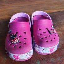 Sandália Crocs FunLab Minnie Mouse Led com Pins da Minie - 30 - Crocs