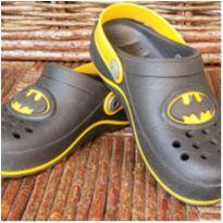 Sapato tipo crocs do Batman e tênis hotweels - 30 - Grendene