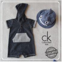 Macacão manga curta Moleton Cinza  6-9 meses Calvin Klein - NOVO! - 6 a 9 meses - Calvin Klein