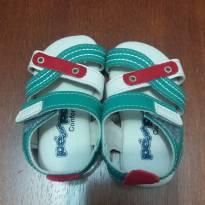 Sandália verde e branca  menino - 16 - Pé com pé