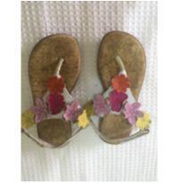 Sandália florzinha TAM 10 - 26 - Não informada