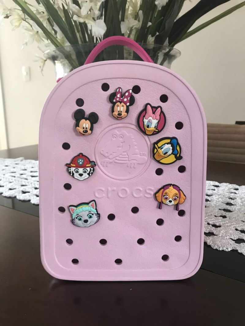 9f4a39788 Mochila Crocs Pequena Infantil, os Pins da Disney acompanham o produto.  Pouco usada. Pequena. Possui alças com regulagens. Sem riscos.