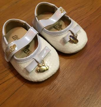 Sapato branco perolado com laço e pingente menina - 17 - Lilica Ripilica