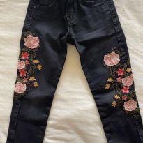 """Calça """"Boho""""em jeans preta bordada - 7 anos - C&A"""