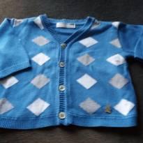casaco azul com losangos brancos e cinzas