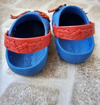 Sapato tipo Crocs com aranhas Tam. 19/20 - 19 - Pé com pé