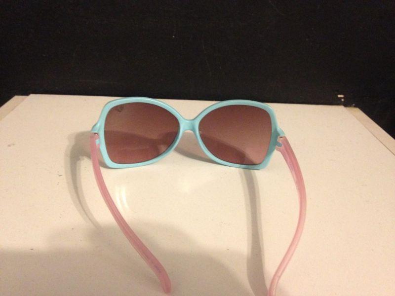 26c90baa2 Óculos escuros Infantil Barbie - Chilli Beans Original Vem com a bolsinha.  Óculos em perfeito estado, pouco usado. Bolsinha com mais uso, com  sujeirinhas do ...