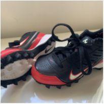Chuteira Nike couro preta e vermelha